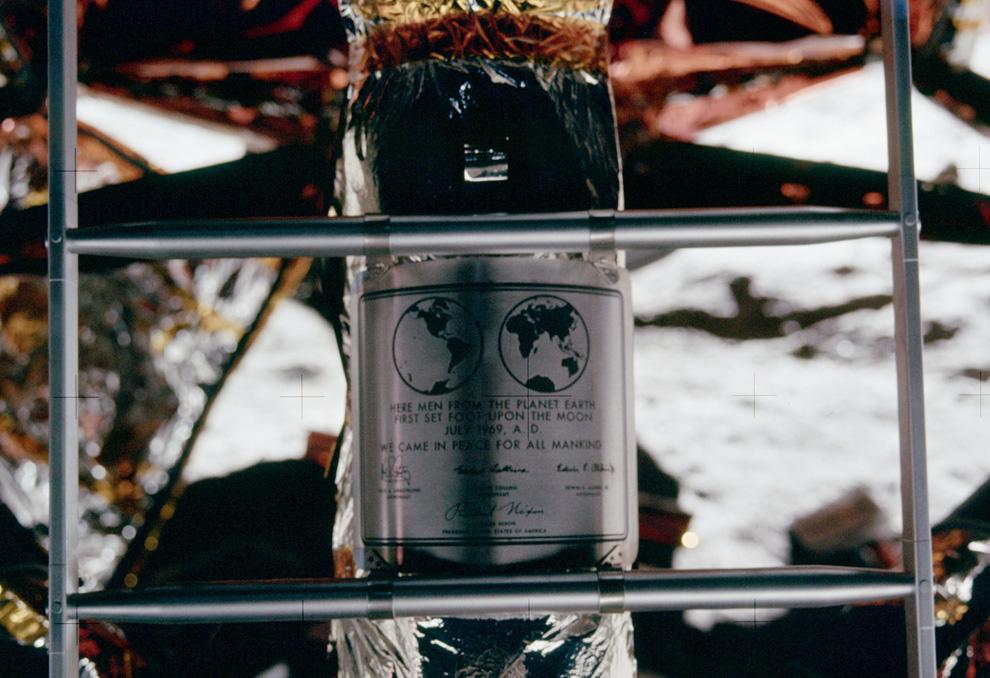 33) Мемориальная доска на лунном модуле с надписью «Здесь люди с Земли впервые вступили на поверхность Луны в июле 1969 года. Мы пришли с миром для блага всего человечества» (NASA)