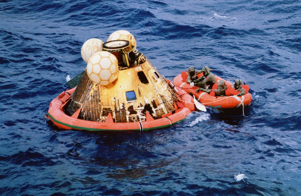 38) Аполлон 11 и команда военных водолазов после удачной посадки недалеко от острова Уэйк в Тихом океане. 24 июля 1969 года. (NASA)