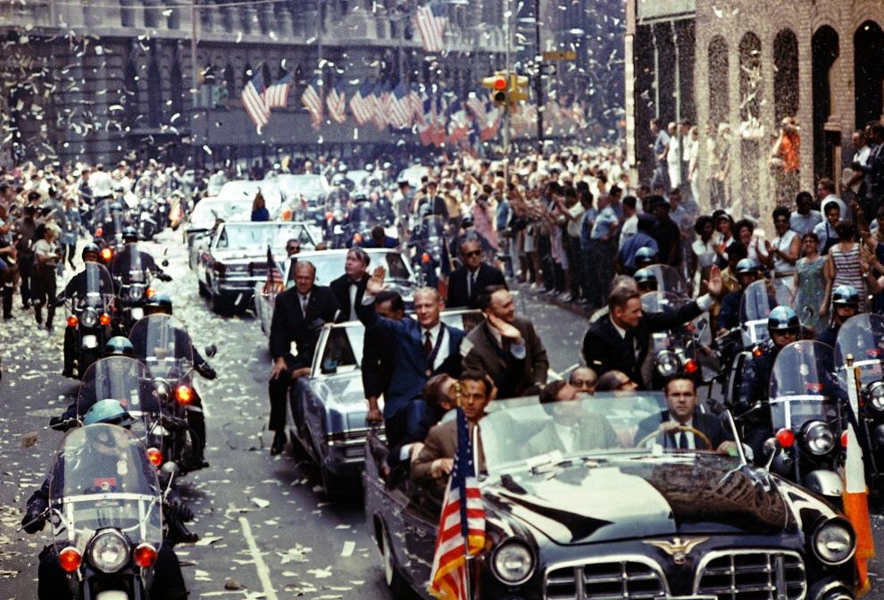 40) Нью-Йорк приветствует астронавтов Аполлона 11 на Бродвее. В автомобиле слева направо: командир Нил Армстронг, пилон командного модуля Майкл Коллинс, пилот лунного модуля Эдвин «Баз» Олдрин. (NASA)