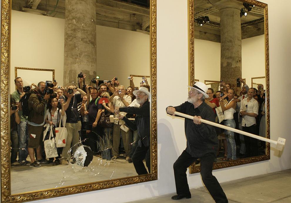 """1.Итальянский художник Микеланджело Пистолетто разбивает зеркала в своей инсталляции """"Двадцать два меньше двух"""" на 2-й день вернисажа международной художественной выставки  53-ей Венецианской биеннале, Италия, пятница, 5 июня 2009 (AP Photo/Alberto Pellaschiar)"""