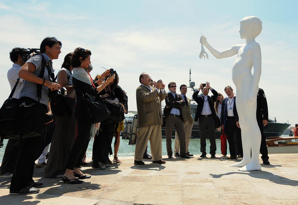 3 июня 2009 год, открытие нового музея Франсуа Пино Punta della Dogana, журналисты фотографируют статую американского скульптора Чарльза Рэя «Мальчик с лягушкой», расположенную напротив музея. (ALBERTO PIZZOLI/AFP/Getty Images)