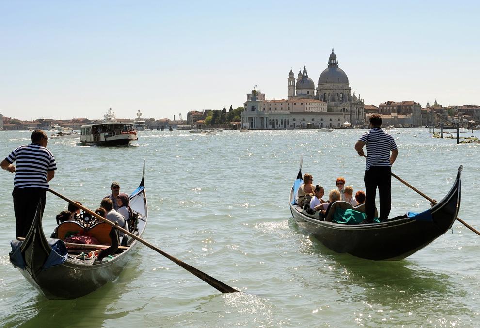2 гондолы, проплывающие мимо Punta della Dogana в Венеции, 2 июня 2009 (ALBERTO PIZZOLI/AFP/Getty Images)