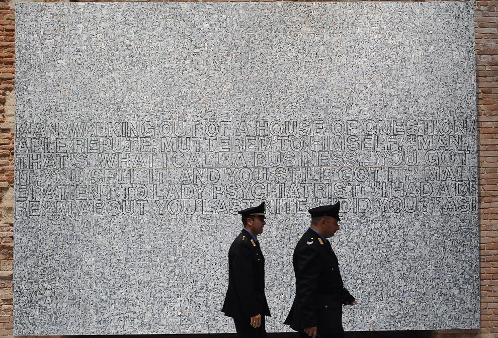 Охранники на фоне работы американского художника Ричарда Прайса «untitled 2007» («Безымянное 2007») во время открытия Punta della Dogana в Венеции 3 июня 2009. (ALBERTO PIZZOLI/AFP/Getty Images)