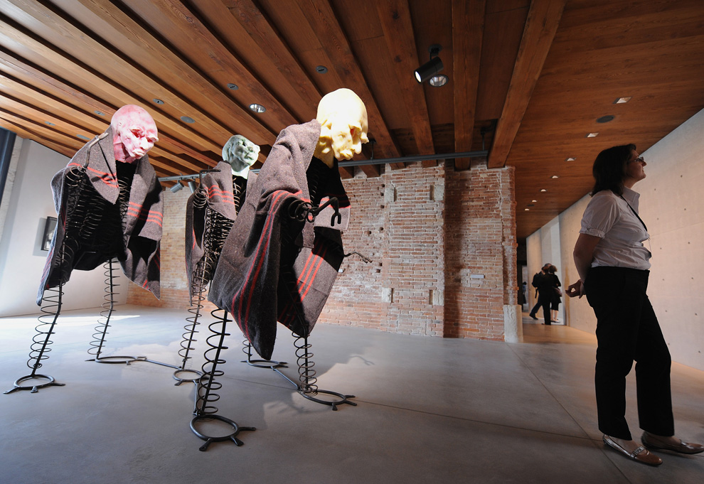 7.Произведение немецкого художника Томаса Шутте «Efficiency Men 2005» («Практичные люди 2005») во время открытия Punta della Dogana в Венеции 3 июня 2009. (ALBERTO PIZZOLI/AFP/Getty Images)