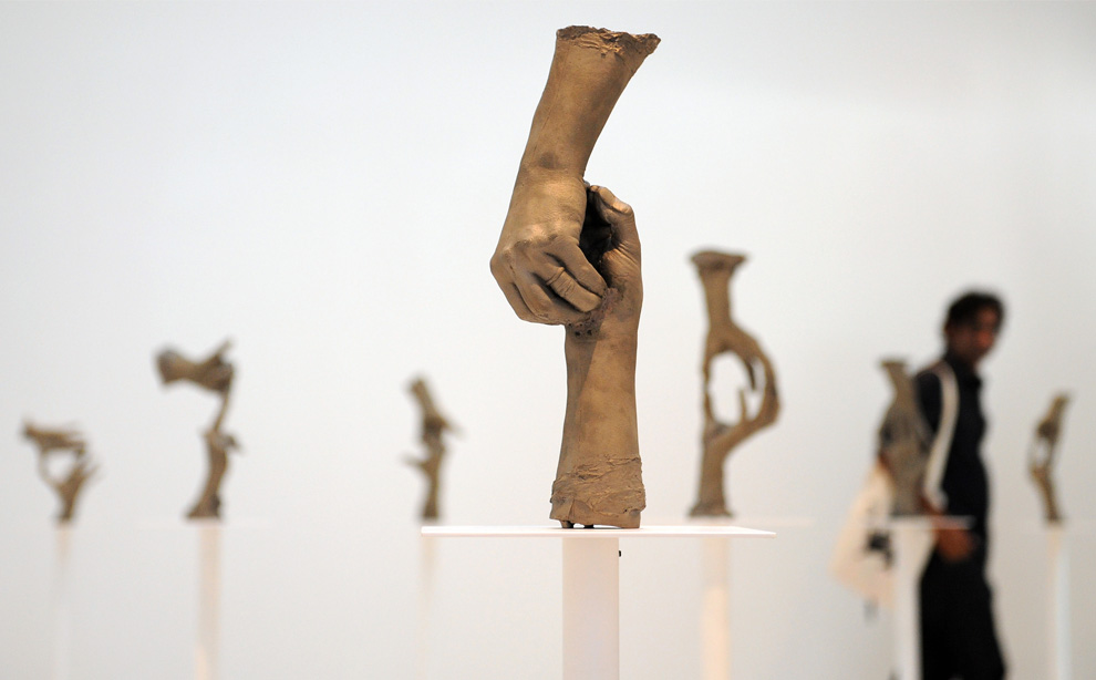 4 июня 2009, посетитель рассматривает работы американского художника Брюса Ноймана в павильоне США Венецианской биеннале. (ALBERTO PIZZOLI/AFP/Getty Images)