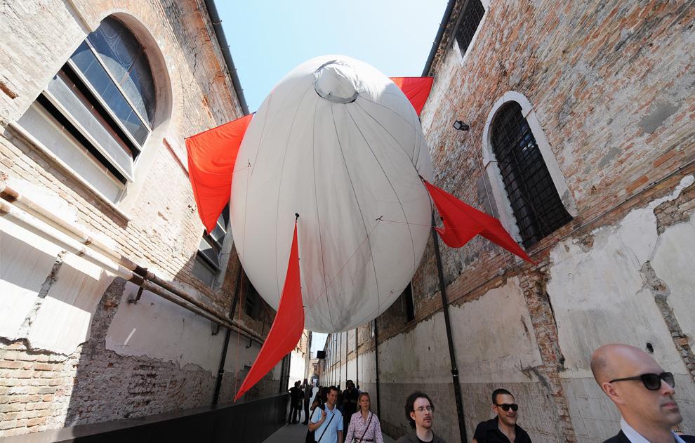 Посетители проходят под произведением мексиканского художника Эктора Саморы, Венецианская биеннале4 июня 2009. (ALBERTO PIZZOLI/AFP/Getty Images)