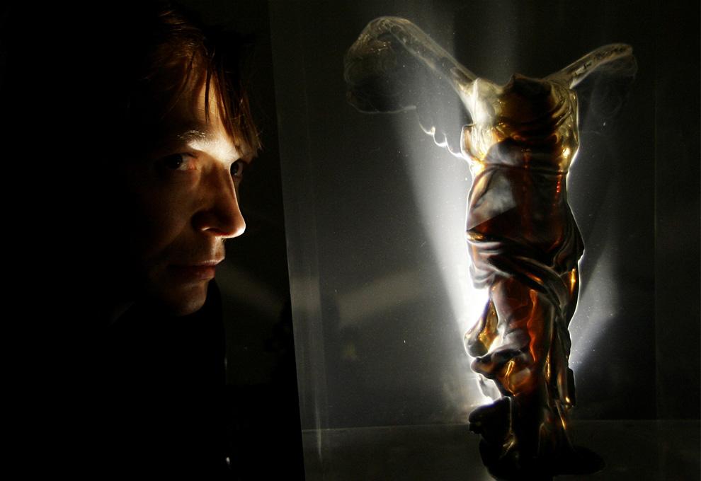 Художник из России Андрей Молодкин рядом со своей версией скульптуры Ники Самофракийской, заполненной нефтью. Она является частью инсталляции, состоящей из двух одинаковых фигур, одна из которых заполнена нефтью, а другая  - кровью. Изображения скульптур проецируются на стену, совмещаются друг с другом и составляют третью фигуру на вернисаже международной художественной выставки  53-ей Венецианской биеннале,Италия, 4 июня 2009. (AP Photo/Alberto Pellaschiar)