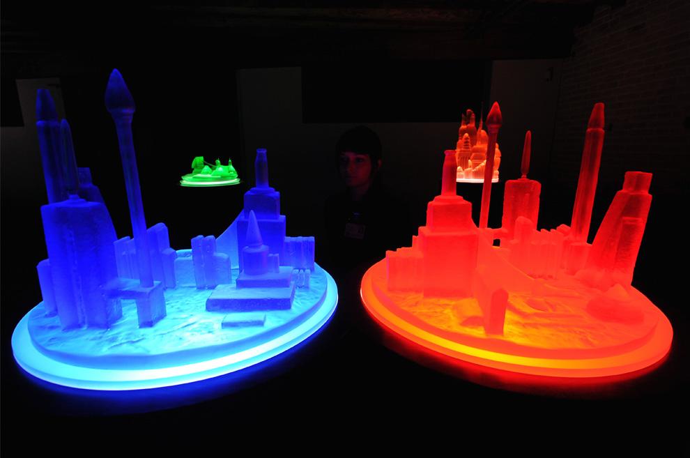 Посетители рассматривают инсталляцию американца Майка Келли  «Kandors full set 2005-2009» («Полный комплект города супермена Кандора») во время открытия Punta della Dogana в Венеции 3 июня 2009. (ALBERTO PIZZOLI/AFP/Getty Images)