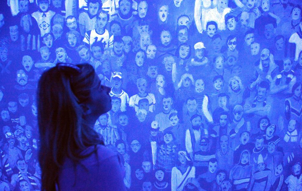 Женщина на фоне инсталляции «Теорема дождя» российского художника Алексея Каллима, российский павильон Венецианской биеннале, 4 июня 2009. (ALBERTO PIZZOLI/AFP/Getty Images)