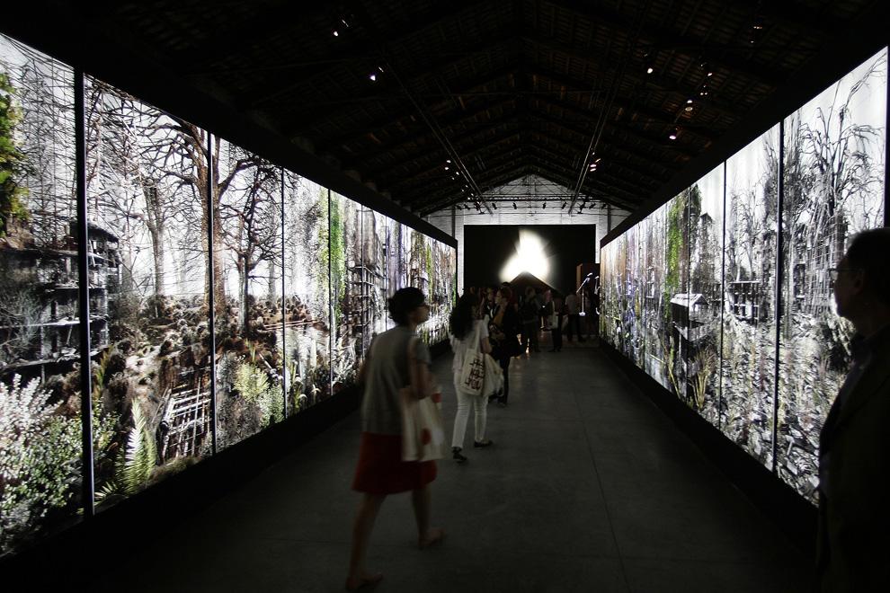Посетители прогуливаются по «Частному саду» (Private Garden)  итальянца Джакома Косты в итальянском павильоне во время Венецианской биеннале, четверг, 4 июня 2009. (AP Photo/Alberto Pellaschiar)