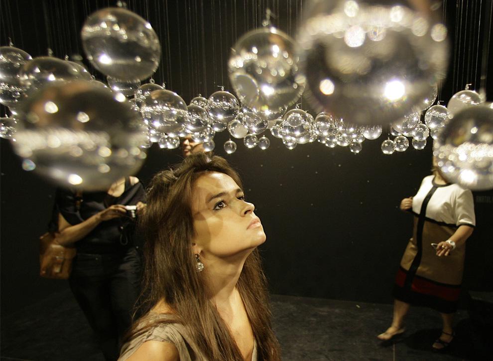 Посетители рассматривают «Черные дыры» («Black Holes») Анатолия Шуравлева в русском павильоне во время Венецианской биеннале, четверг, 4 июня 2009. (AP Photo/Alberto Pellaschiar)