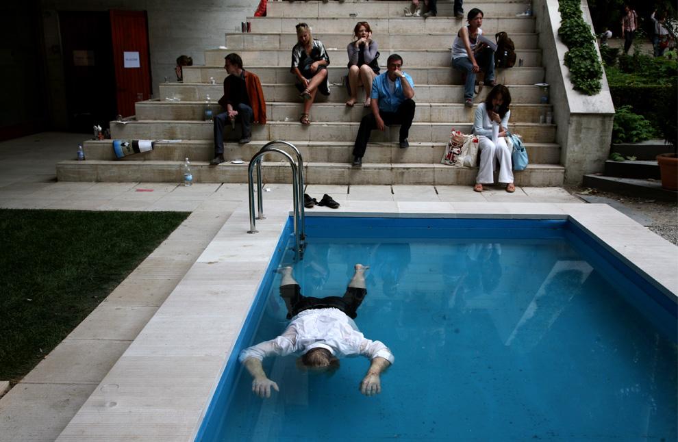Часть датско-норвежского павильона занимает инсталляция художников Эльмгрина и Драгсета – тело, плавающее в бассейне, во дворе дома, которое было продано. Венецианская биеннале, четверг, 4 июня 2009. (Todd Heisler/The New York Times)