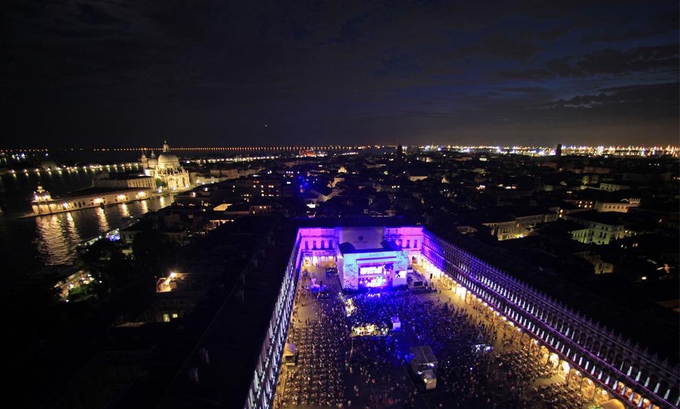 Ночной вид площади Сан-Марко, освещенной Даниелем Грундом 30 июня 2009. (Daniel Grund/Global-Newsroom via Getty Images)