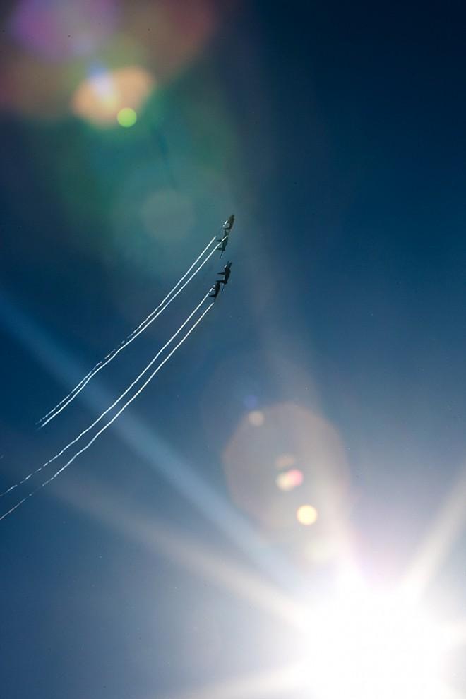 """В солнечном небе многотонные истребители Су-27 и МиГ-29 в течение получаса """"крутили"""" петлю Нестерова, проходили на сверхмалой скорости как автомобили - 220 км в час. Они показывали знаменитые фигуры высшего пилотажа """"Колокол"""", косую петлю и многое другое, на что способны одни из лучших пилотов мира."""