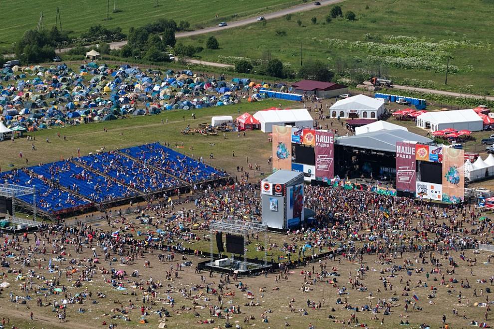 В этом году «Нашествие» переместилось на новую площадку из-за огромного числа зрителей — в прошлый раз послушать музыку на свежем воздухе и пожить в палатках собрались более 100 тыс. человек.