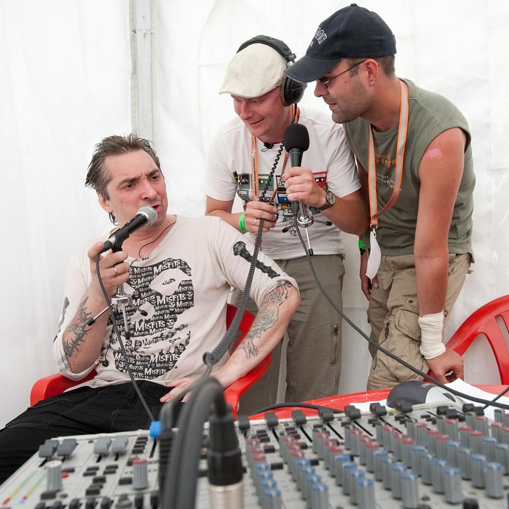 Горшок (участник группы Король и Шут) в шатре Наше Радио общается с диджеями Павлом Картаевым и Вахтангом Махарадзе