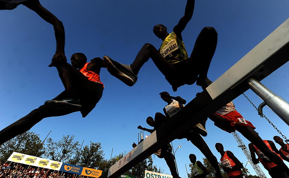 27) Спортсмены преодолевают барьер во время дистанции на 3000 метров с препятствиями на Мировом Атлетическом Туре в Остраве, Чехия, 17 июня, 2009. (JOE KLAMAR/AFP/Getty Images)