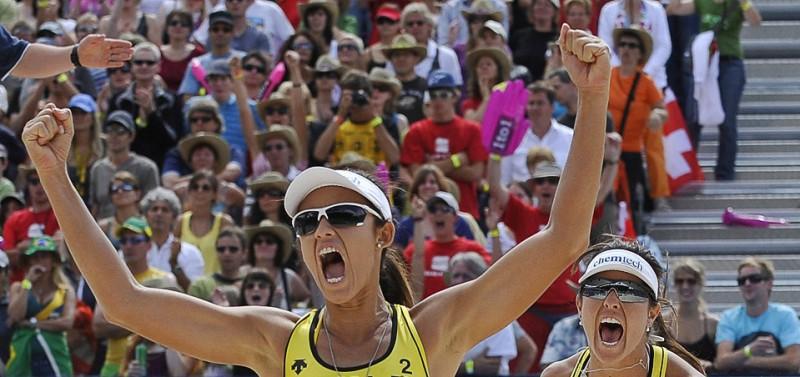 2) Бразильянки Талита Антунес (слева) и Мария Антонелли празднуют победу в финальном матче женского Турнира Grand Slam по волейболу в Гштааде, Швейцария, 11 июля. (AP Photo/Keystone/Peter Schneider)