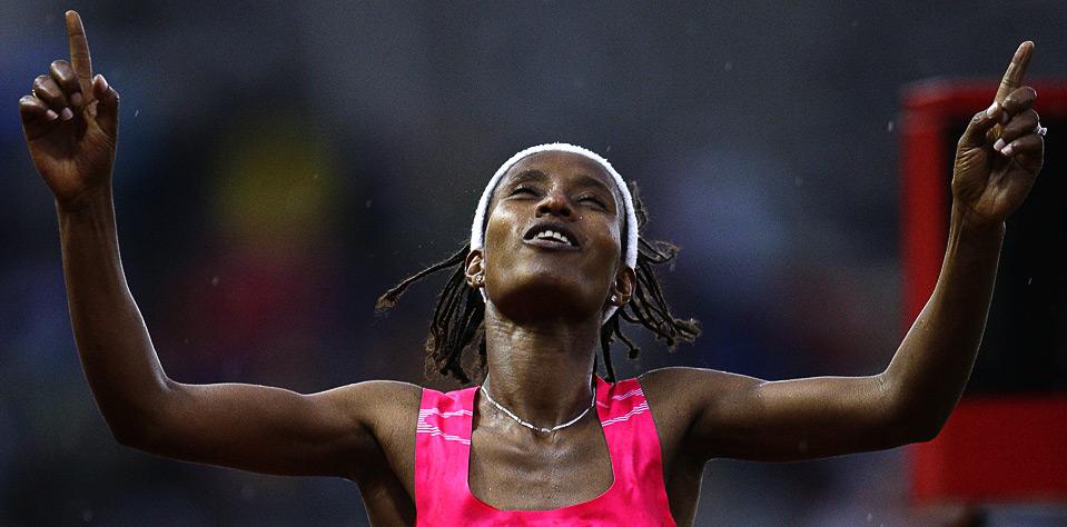 26) Гелете Бурка из Эфиопии радуется победе в беге на 1500м. на этапе Супер Гран-при по легкой атлетике в Лозанне, 7 июля. (REUTERS/Valentin Flauraud)