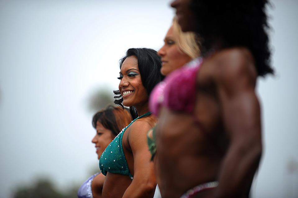 11) 75-й ежегодное пляжное соревнование по бодибилдингу в калифорнийском Венис-бич прошло 4 июля. (GABRIEL BOUYS/AFP/Getty Images)