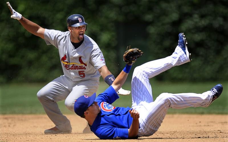 4) Альберт Пуйоль из команды «St. Louis Cardinals» кричит после того, как был блокирован на второй базе Джефом Бейкером из «Chicago Cubs» во время игры в Чикаго 12 июля. (AP Photo/Paul Beaty)