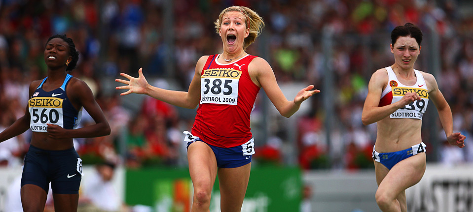 24) Норвежская спортсменка Изабель Педерсен (в центре) радуется победе в беге с препятствиями на дистанции 100м. в юношеском первенстве мира ИААФ по легкой атлетике 9 июля, Брессанон, Италия. (Michael Steele/Getty Images)
