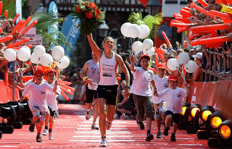 14) Сандра Воллерхерст радуется победе на  соревнованиях по триатлону «Железный человек». Снимок сделан 5 июля в Франкфурте. (REUTERS/Kai Pfaffenbach)