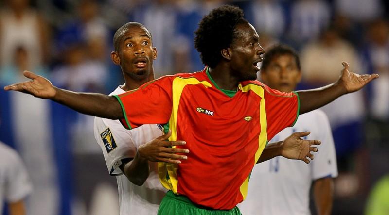 5) Пол Кваси (справа) из команды Гренады ждет свистка из-за действий гондурасца Аллана Лалина во время матча CONCACAF Gold Cup на стадионе Джилетт 11 июля в Фоксборо, Массачусетс. (Jim Rogash/Getty Images)