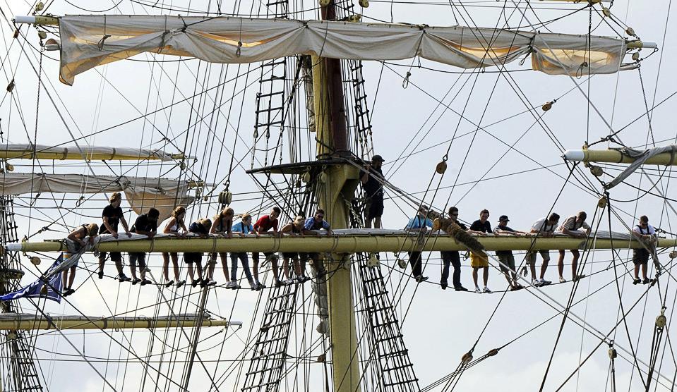 15) Команда норвежского парусника «Sorlandet» во время парада перед началом регаты «Tall Ships Race 2009» в балтийском порту Гдыня, Польша, 5 июля. В регате приняли участие 105 судов из 16 стран. (AP Photo/Alik Keplicz)