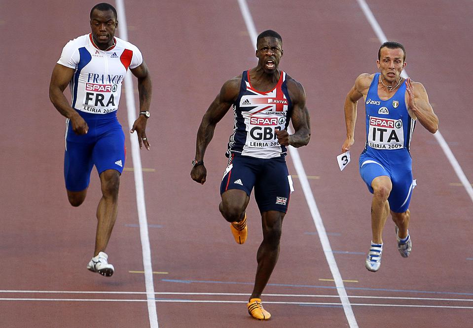 22) Британец Дуэйн Чемберс (в центре) стал победителем в забеге на 100м. у мужчин на Командном Чемпионате Европы в Лейре, Португалия, 20 июня. (AP Photo/Victor R. Caivano)