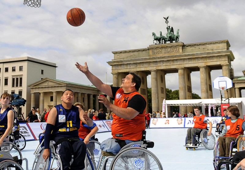 7) Спортсмены-колясочники во время матча по баскетболу у Бранденбургских ворот в Берлине 11 июля, во время демонстрации параолимпийских видов спорта. (BERTHOLD STADLER/AFP/Getty Images)