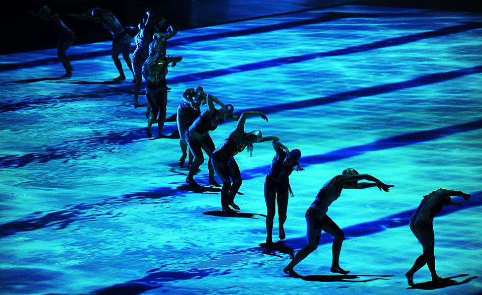 17) Танцоры выступают на церемонии открытия 25-ой Универсиады в Белграде, 1 июля. Эта студенческая олимпиада – самое большое событие в мире спорта, которое когда-либо проводилось в этом балканском госудрастве. В ней участвуют более 8,5 тысяч спортсменов из 140 стран. (ANDREJ ISAKOVIC/AFP/Getty Images)