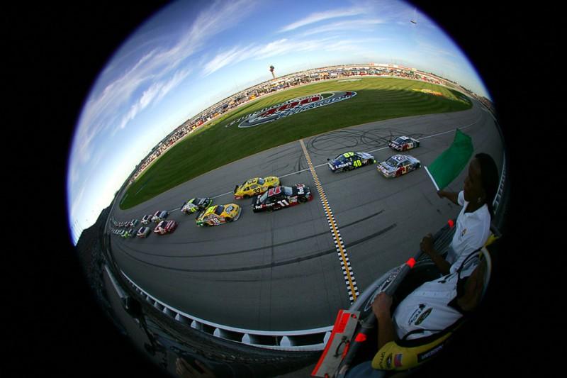 8) Гонщики готовятся к старту NASCAR Sprint Cup Series первенства LifeLock.com 400 на Chicagoland Speedway 11 июля. (Todd Warshaw/Getty Images)