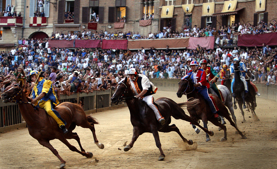 18) Джузеппе Зедде, жокей из «Tartuca Contrada», лидирует на традиционных скачках «Palio di Siena», которые проходят в итальянском городе Сиена с 13-го века. (AP Photo/Paolo Lazzeroni)