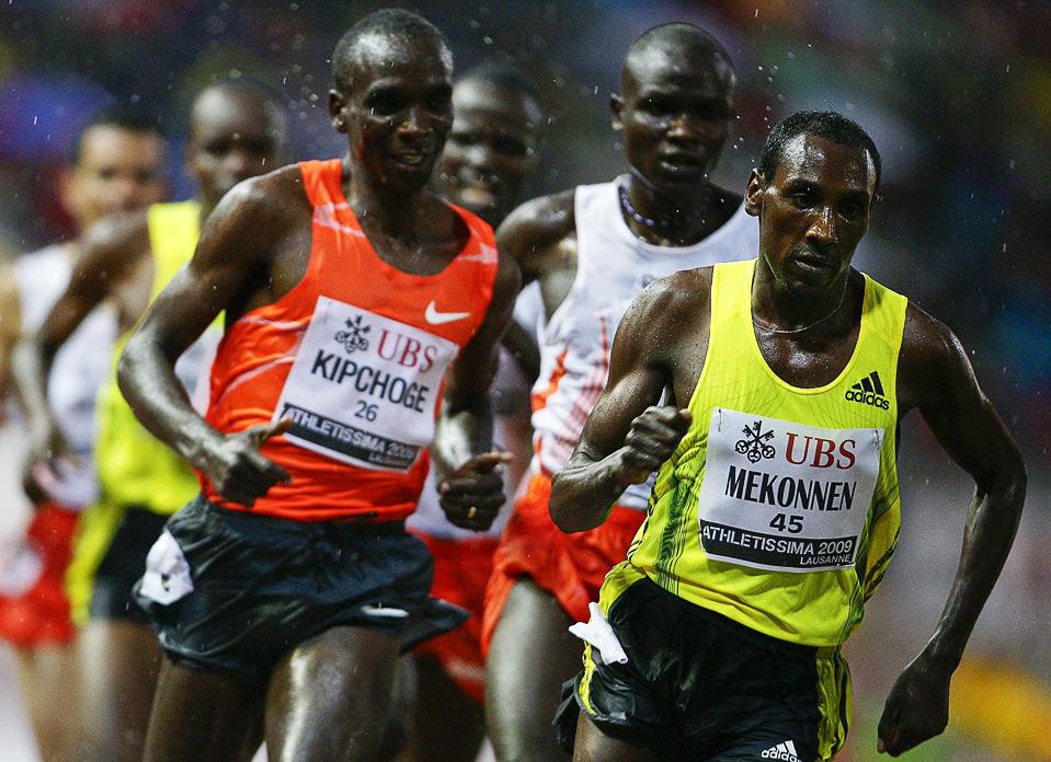 19) Дересе Меконнен из Эфиопии (справа) стал победителем в гонке на 3000м. у мужчин на этапе Супер Гран-при по легкой атлетике в Лозанне, 7 июля. (REUTERS/Valentin Flauraud)
