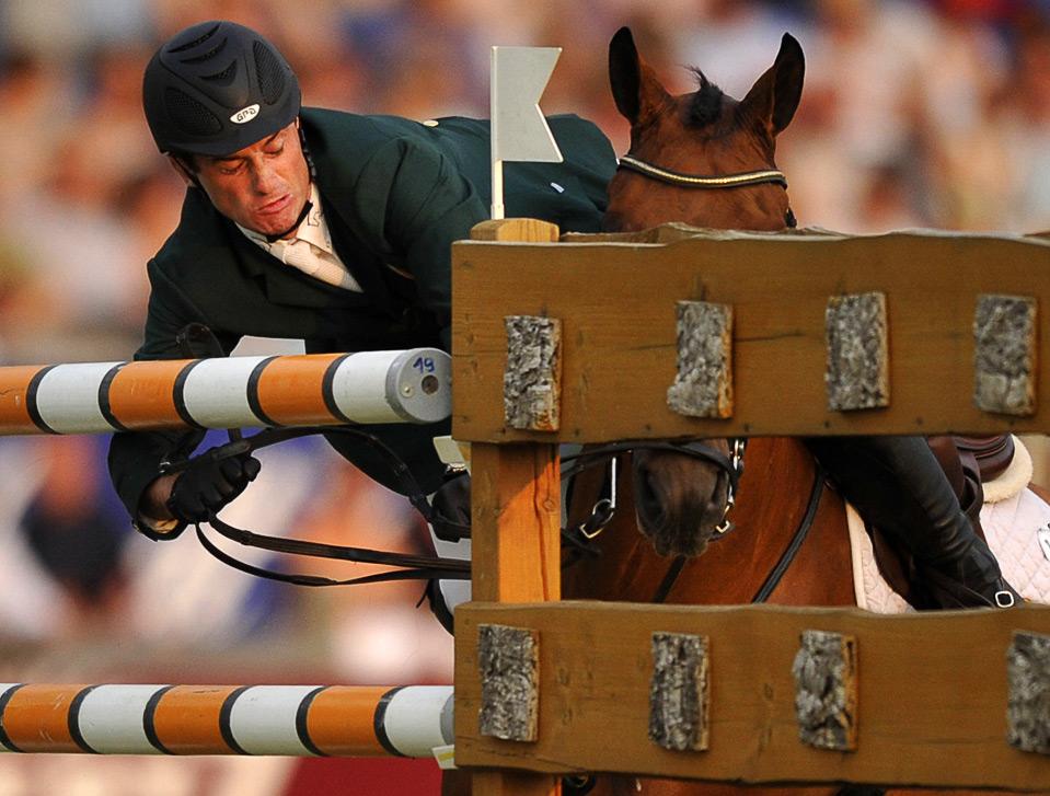 19) Денис Линч падает со своей лошади по кличке Лантинус во время Всемирного конного фестиваля CHIO в немецком городе Аахен  2 июля. (CLEMENS BILAN/AFP/Getty Images)