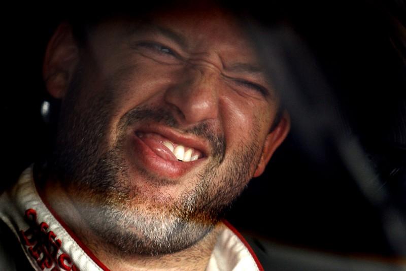 10) Реакция гонщика Тони Стюарта на разговор с членом команды во время тренировочных заездов NASCAR Sprint Cup Series первенства LifeLock.com 400 на Chicagoland Speedway 10 июля. (AP Photo/Nam Y. Huh)
