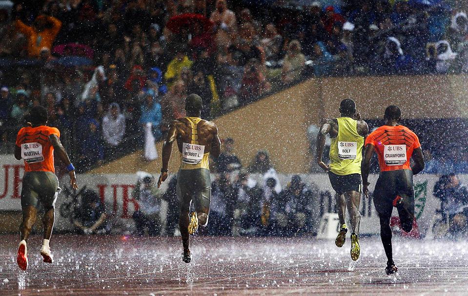 18) Дождь не помешал гонке на 200м. у мужчин на этапе Супер Гран-при по легкой атлетике в Лозанне, 7 июля. (REUTERS/Denis Balibouse)