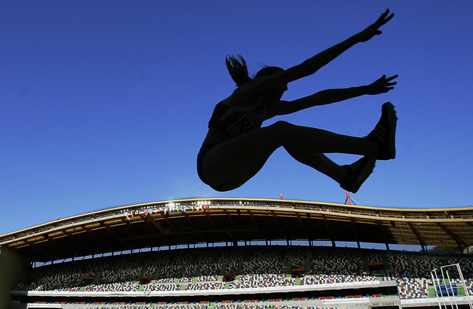 16) Россиянка Ольга Кучеренко совершает прыжок в длину на Командном Чемпионате Европы в Лейре, Португалия, 21 июня, 2009. (AP Photo/Victor R. Caivano)