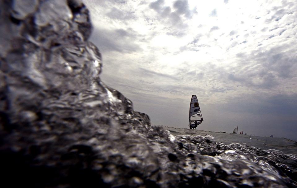 21) Виндсерфер плывет во время регаты «Blue Ribbon» на озере Балатон возле города Балатонфюред в Венгрии 3 июля. (REUTERS/Laszlo Balogh)