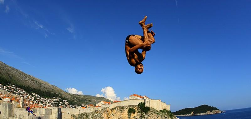 14) Француз Хассан Мути ныряет с 26-метровой платформы Fort Lovrijenac в Дубровнике (Хорватия) во время соревнований Red Bull 2009 по клиффдайвингу 11 июля. (Zeljko Lukunic/AFP/Getty Images)
