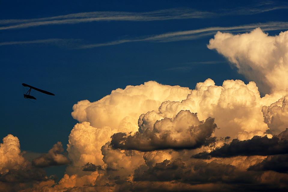 22) Выступление Зака Мэджорса на 17-ом мировом чемпионате по пилотажу FAI во французском городе Ларан-Монтелин 30 июня. (Michael Steele/Getty Images)
