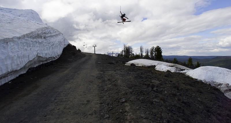 15) Ари ДеЛашмутт в прыжке через дорогу в гору Bachelor в Орегоне. Несмотря на то, что сезон уже закрыт, подвесная дорога Pine Marten для подъема туристов на гору до сих пор работает. (AP Photo/The Bulleton/Andy Tullis)