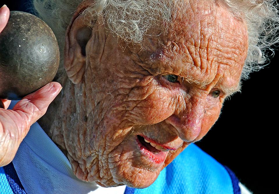 13) Прабабушка Рут Фрит, которой скоро исполнится 100 лет, показывает свое мастерство в толкании ядра на специальных соревнованиях в Сиднее перед Всемирными Играми Ветеранов 2009, 2 июля. (GREG WOOD/AFP/Getty Images)