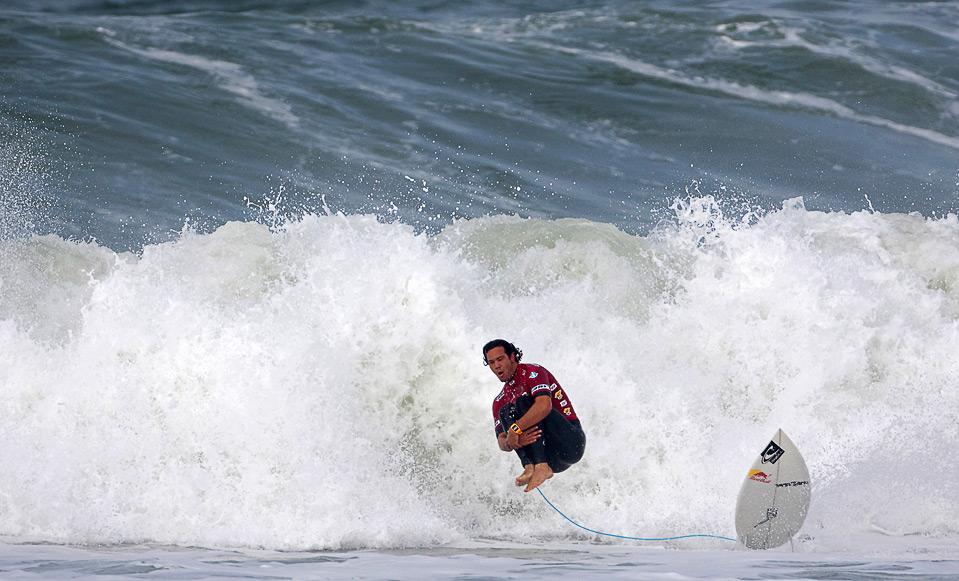23) Серфер Хорди Смит прыгает бомбочкой  на Hang Loose Santa Catarina Pro. Снимок сделан 28 июня в Вила-бич, Бразилия. (Kelly Cestari/ASP/CI via Getty Images)