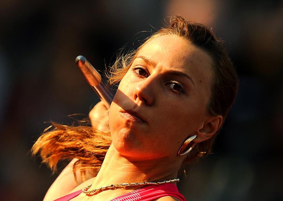 12) Россиянка Мария Абакумова метает копье на Мировом Атлетическом Туре в Остраве, Чехия, 17 июня. (JOE KLAMAR/AFP/Getty Images)
