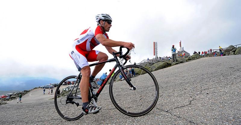 17) Стив МакГрет на очень крутой и заключительной части маршрута протяженностью 11,27 километров на велосипедной гонке Newton's Revenge в районе г. Washington 11 июля, Нью Хэмпшир. Угол наклона этого участка составляет 12%. (AP Photo/The Conway Daily Sun/Jamie Gemmiti)