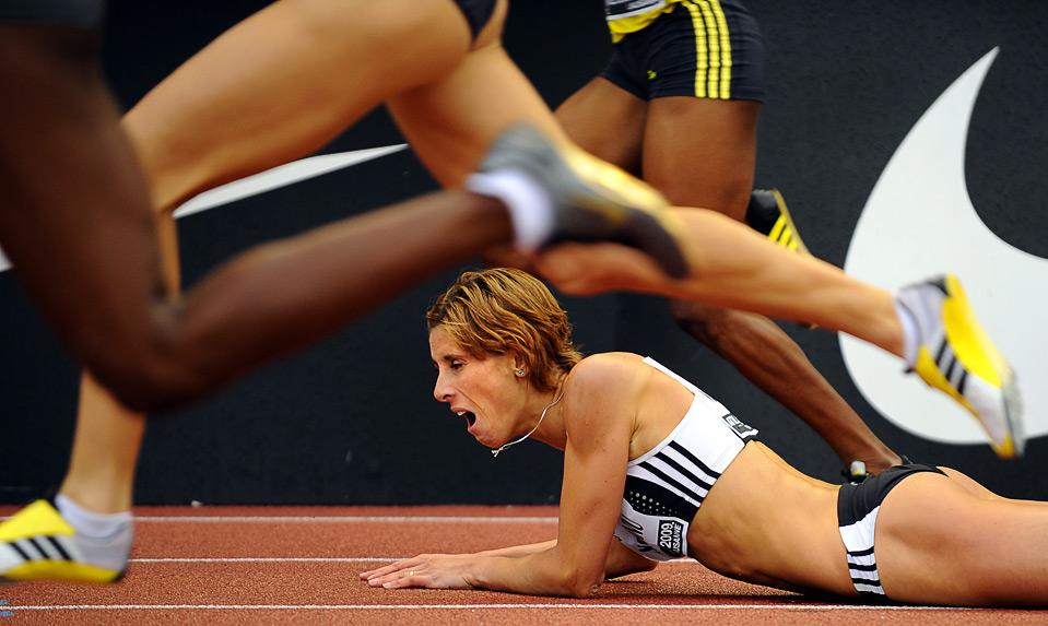 11) Румынка Ангела Моросану упала на дистанции 400м. с препятствиями на этапе Супер Гран-при по легкой атлетике в Лозанне, 7 июля. (FABRICE COFFRINI/AFP/Getty Images)
