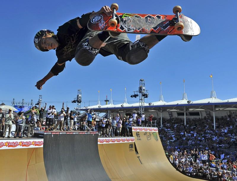 18) Алекс Перелсон совершает прыжок в 2,5 оборота на соревнованиях «Maloof Money Cup» в Коста Месе, штат Калифорния, 12 июля, 2009. (AP Photo/The Orange County Register/Michael Goulding)
