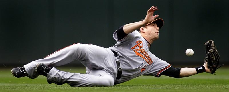19) Нолан Реймонд из команды «Baltimore Orioles» в подкате упускает мяч во время матча MLB по бейсболу против команды «Seattle Mariners» 8 июля в Сиэттле. (AP Photo/Ted S. Warren)